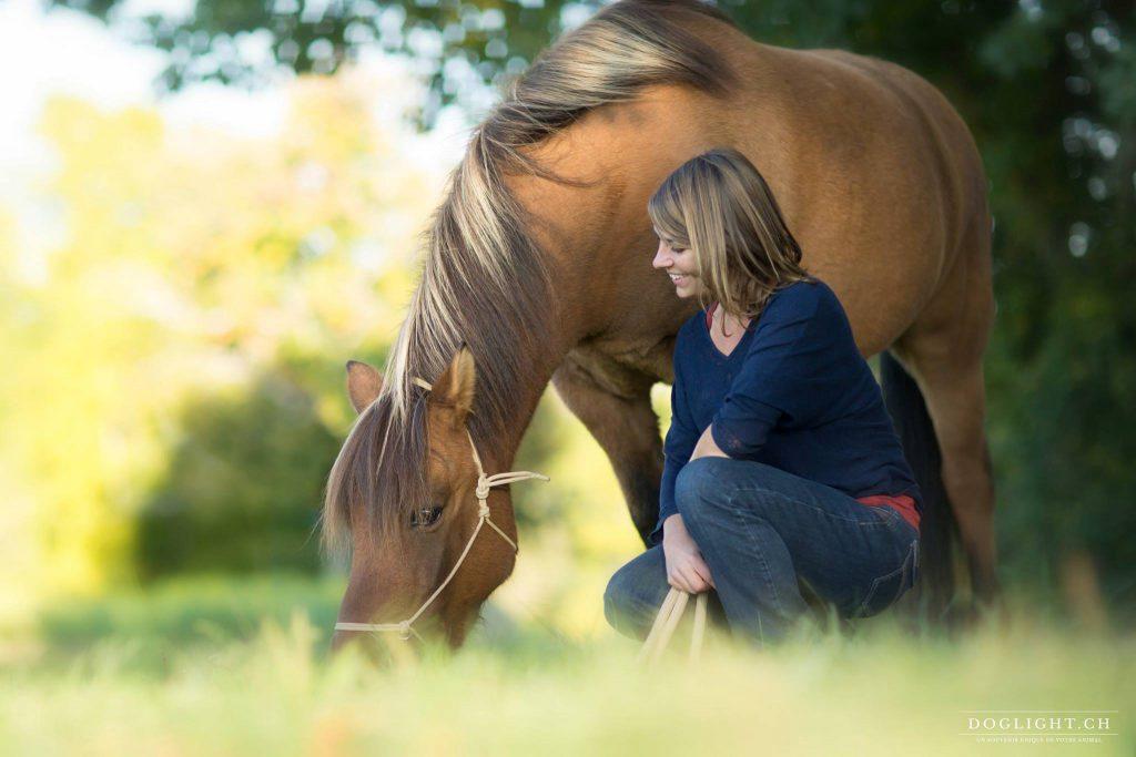 Photographie Fille avec son poney bai brun à Annecy
