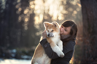 Photographie relation femme avec son Akita Inu