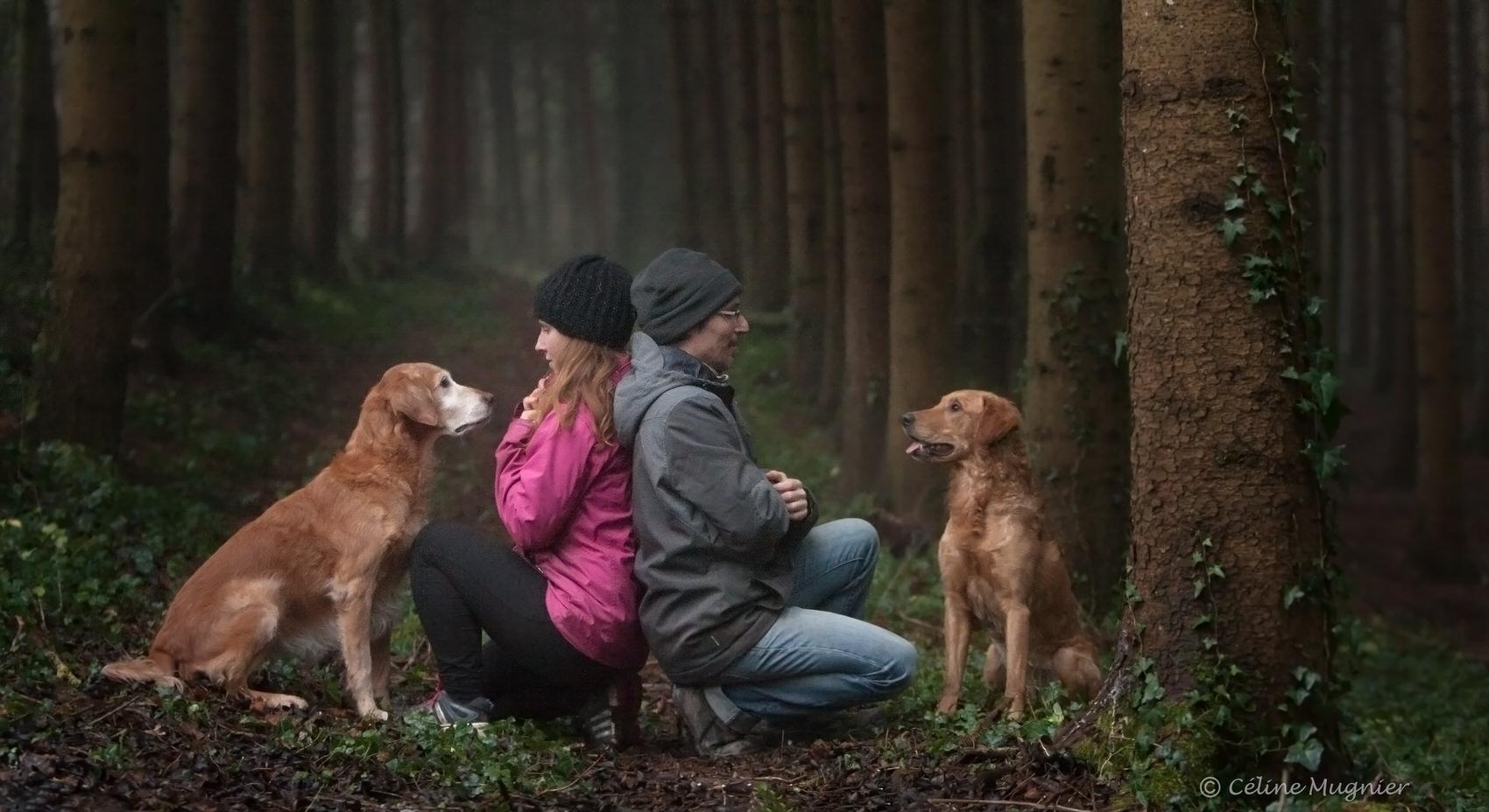 Photo couple avec chiens en forêt