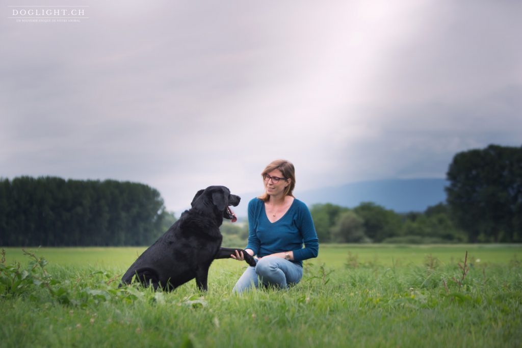 Labrador noir et sa maîtresse