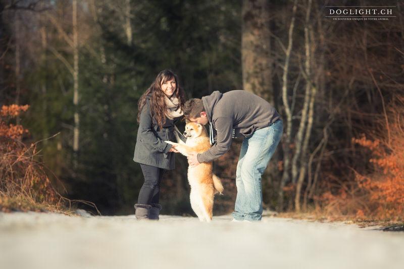 Akita Inu avec sa famille dans la forêt