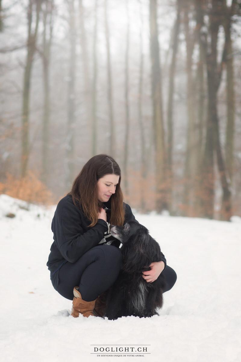 Pyrénée face rasée noir câlin bisous en forêt sous la neige