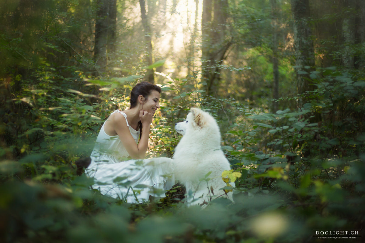 Samoyed fille complicité forêt robe blanche