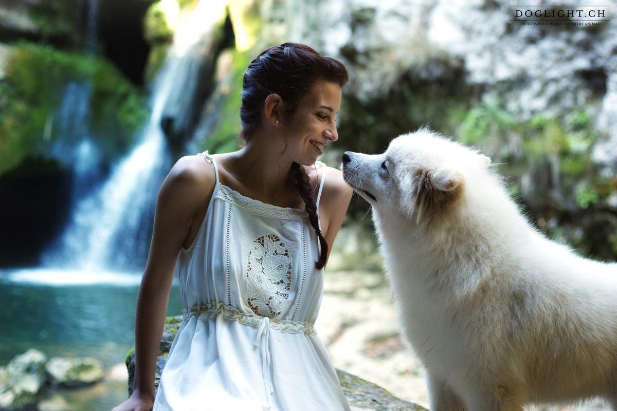 Bisous chien maître face à la cascade de la Tine de Conflens Suisse