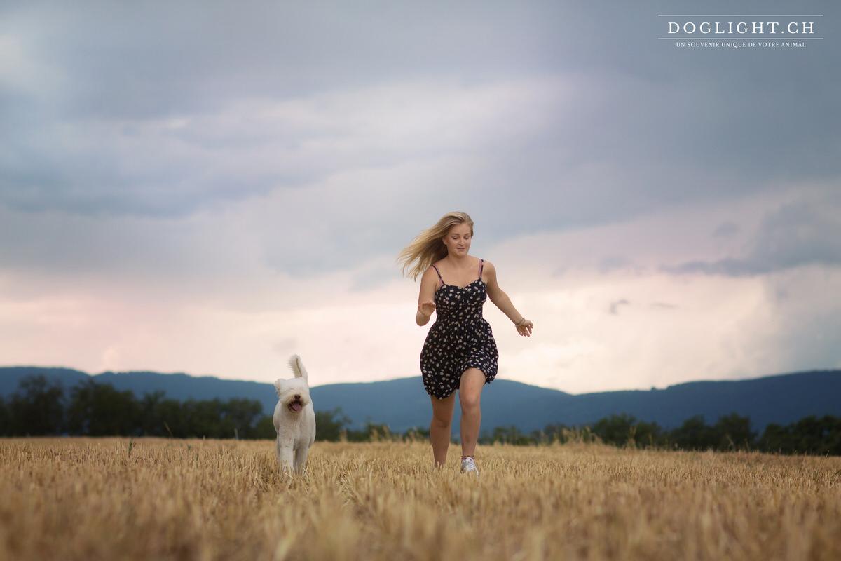Fille court avec son chien Jura