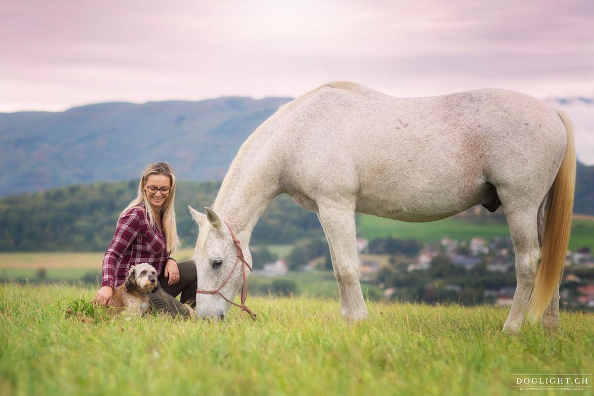 Photo chien et cheval avec fille