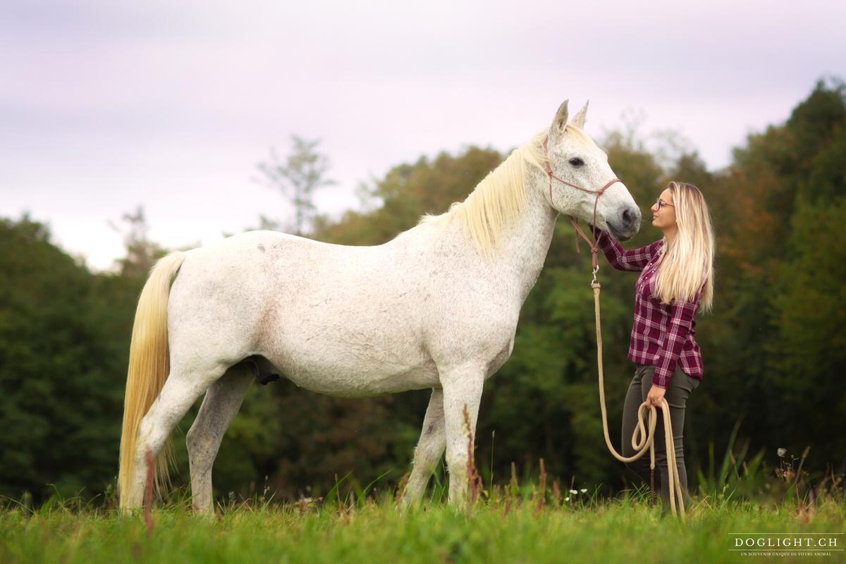 Photo cheval blanc et femme