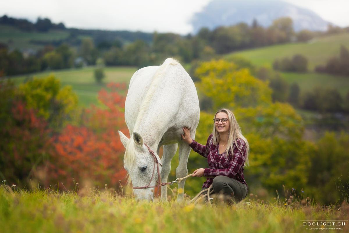 Portrait femme et son cheval dans un pré région d'Annecy