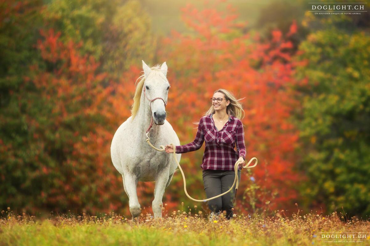 Photo cheval et fille qui court aux couleurs d'automne