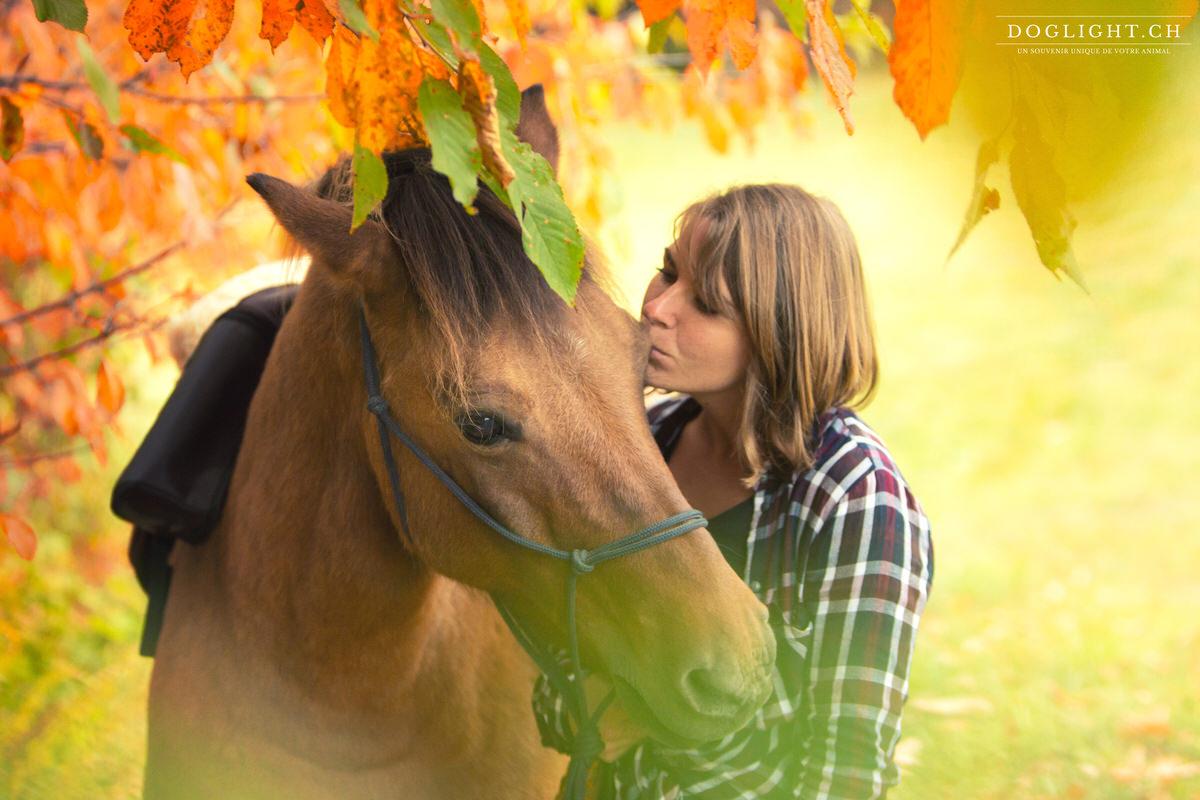 Portrait cheval fille dans les feuilles d'automne