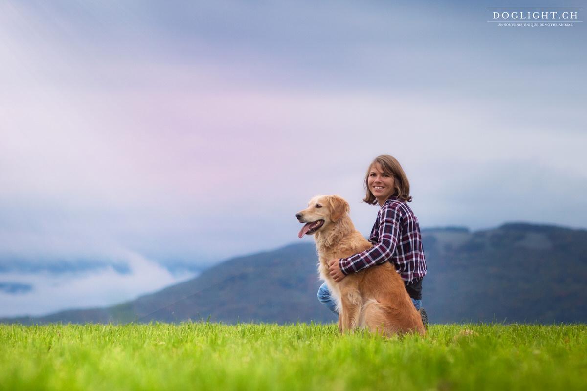 Portrait chien fille devant les montagnes avec la lumière