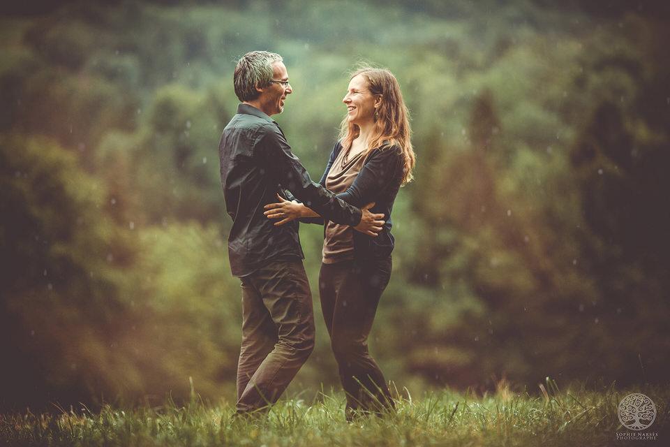 photographie couple sous la pluie qui danse