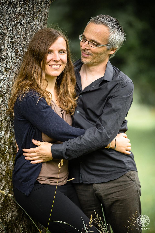 Photo portrait couple femme et homme contre un arbre