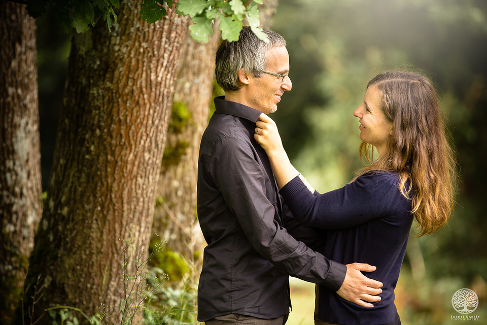 Photo couple qui s'aiment devant un arbre