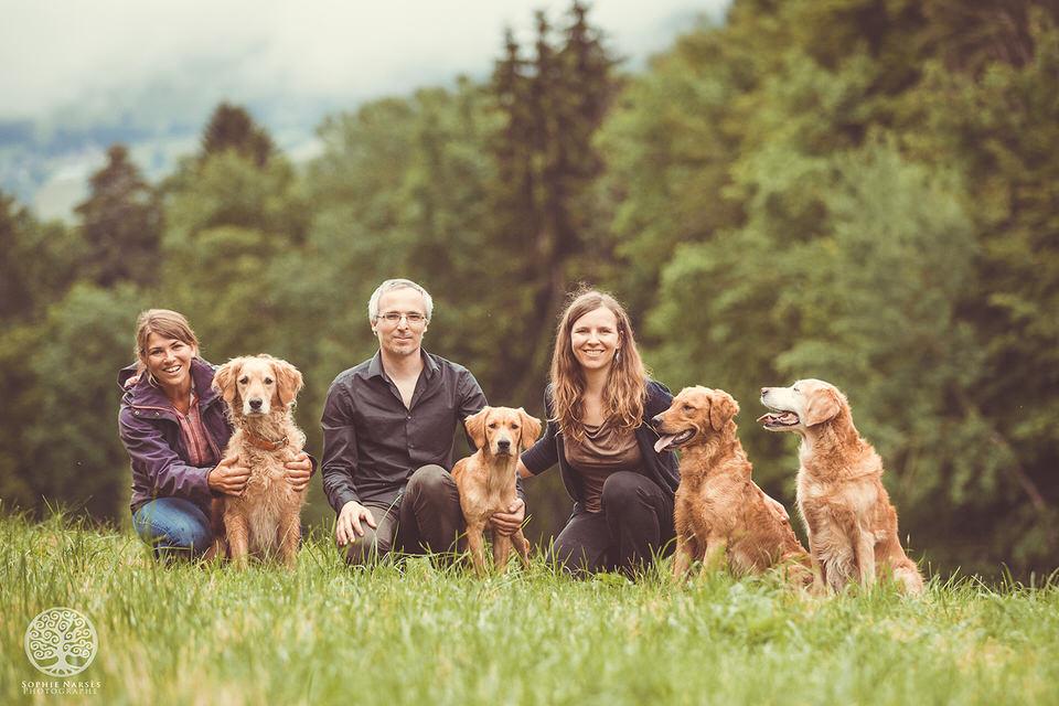 Avec ma soeur et son chien. La famille de Goldens Retriever ;)