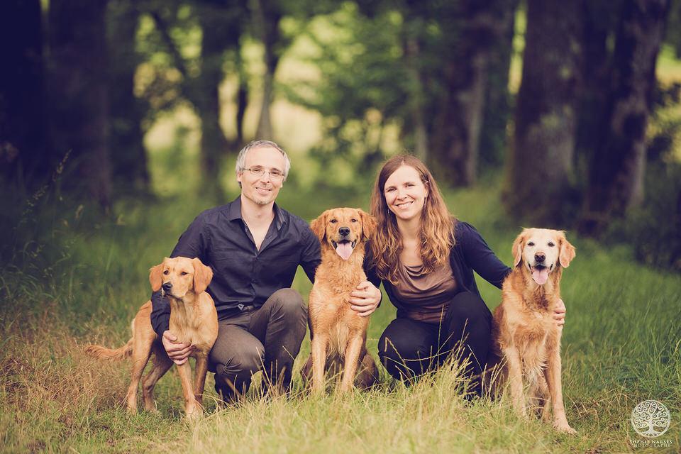 Photo famille avec chiens golden retriever