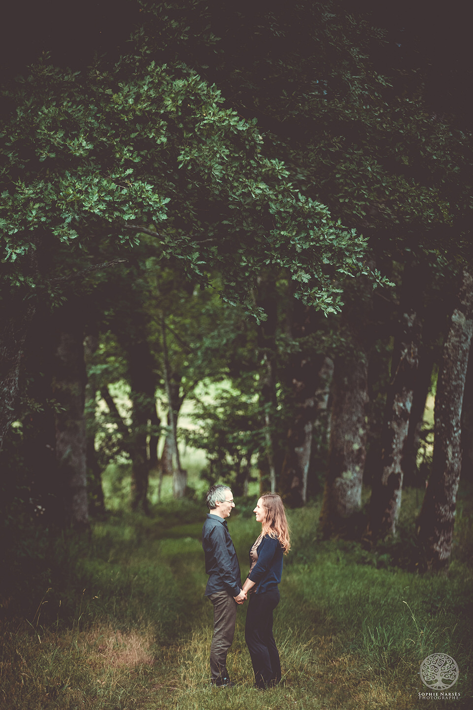 Photo couple en forêt