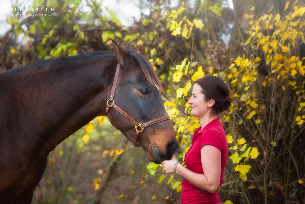 Face à face cheval fille en automne
