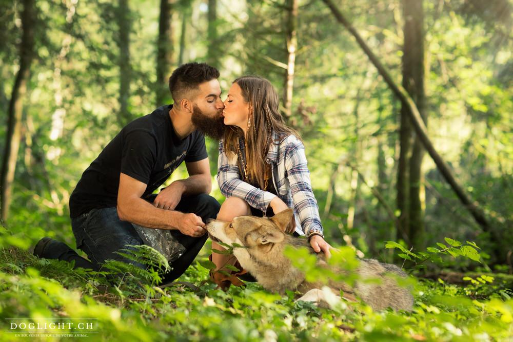 Couple qui s'embrasse avec leur chien