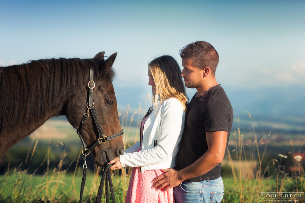 Photo portrait couple et cheval face aux alpes