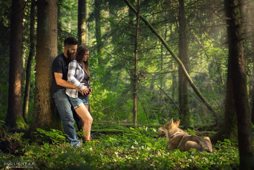 Photo en forêt couple avec chien loup de sarlos