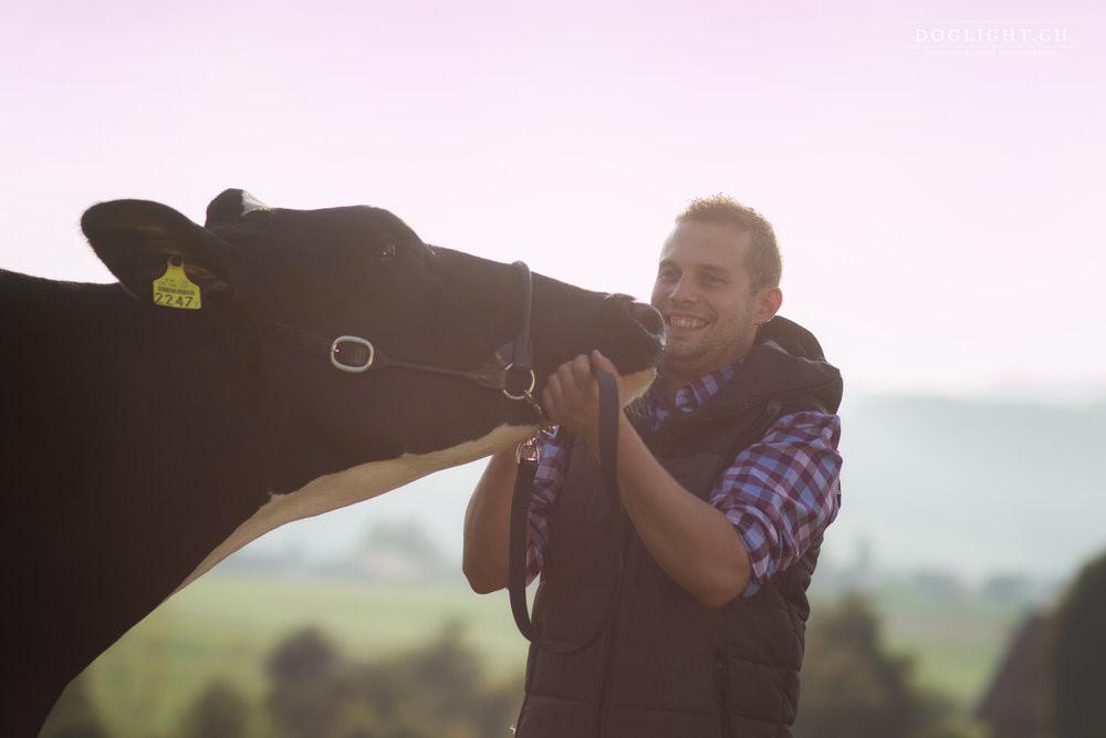 Complicité avec une vache - Photographe Suisse