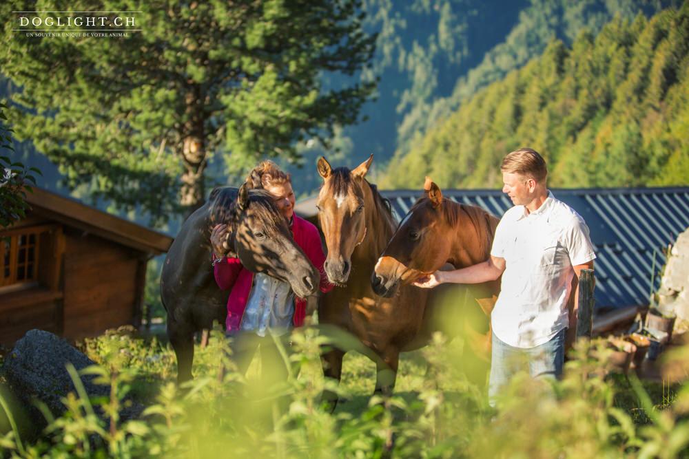 Photo couple avec 3 chevaux