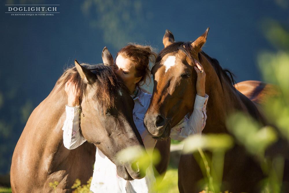 2 chevaux femme bisous