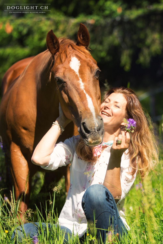 Cheval cavalière complicité dans les fleurs