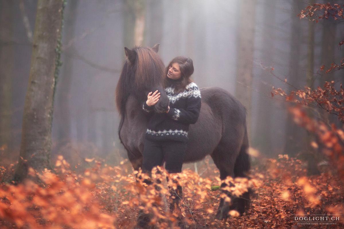 Avec un cheval islandais dans la forêt