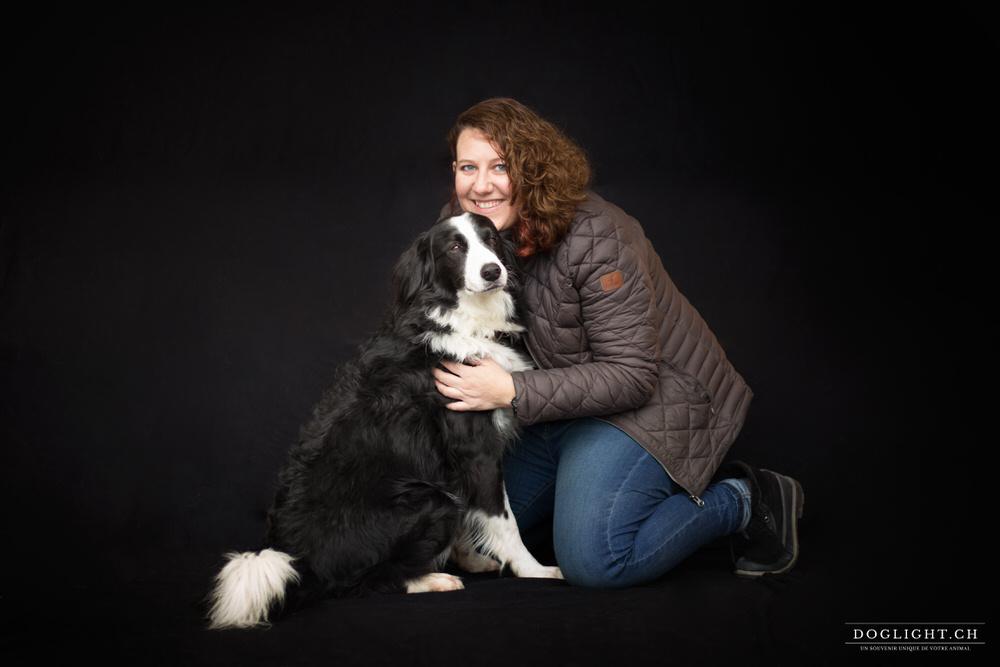 Maître chien photo studio fond noir