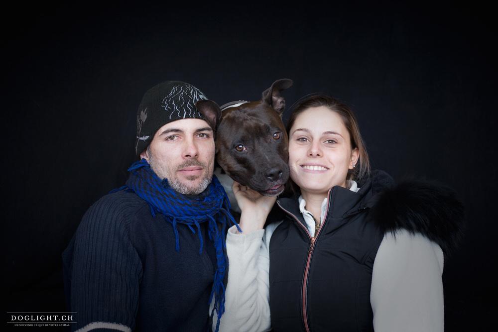 Photo portrait de famille avec chien fond noir